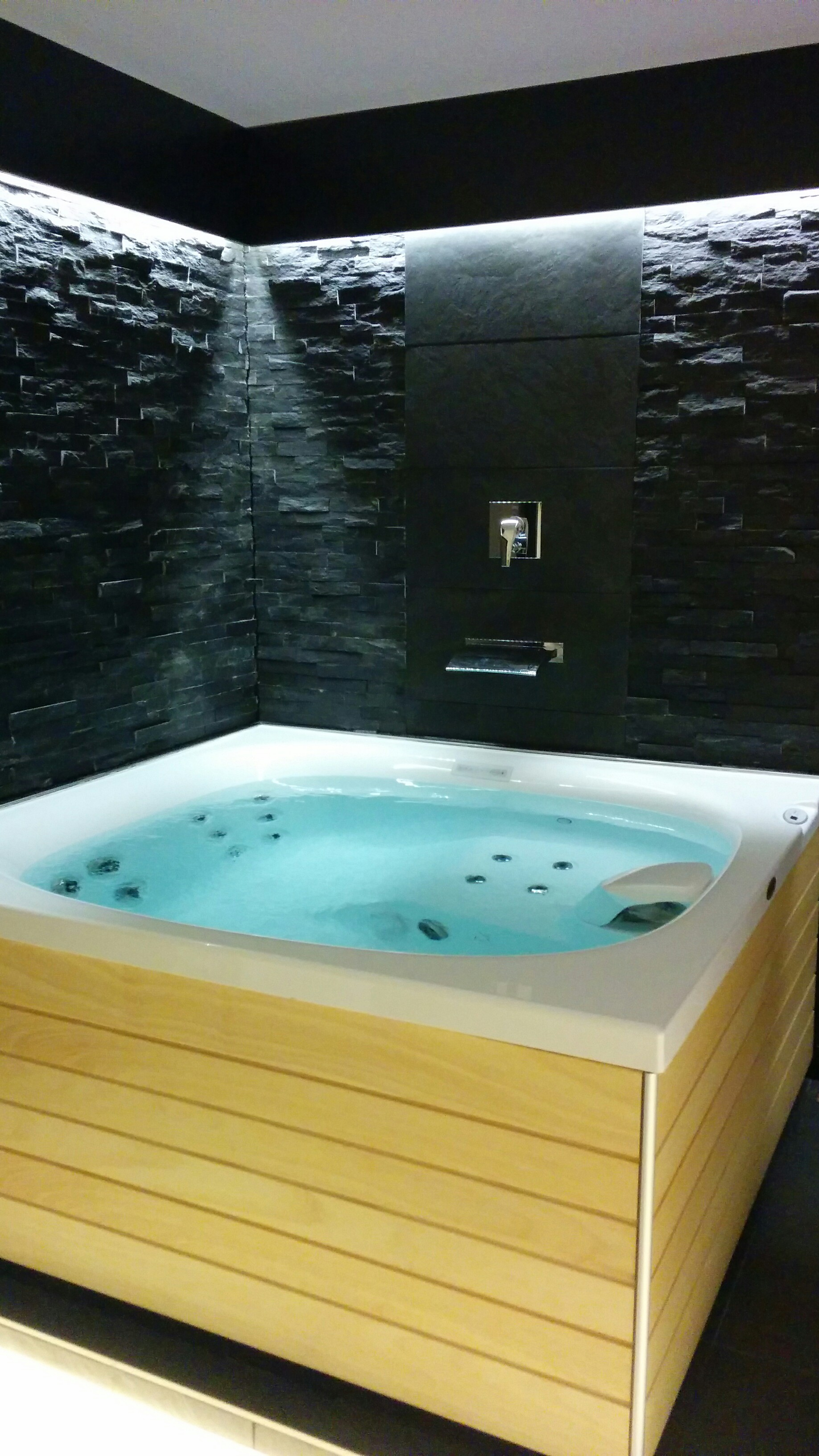 Outdoor-Whirlpool plus Designerfliesen: jacuzzi-wellness.at